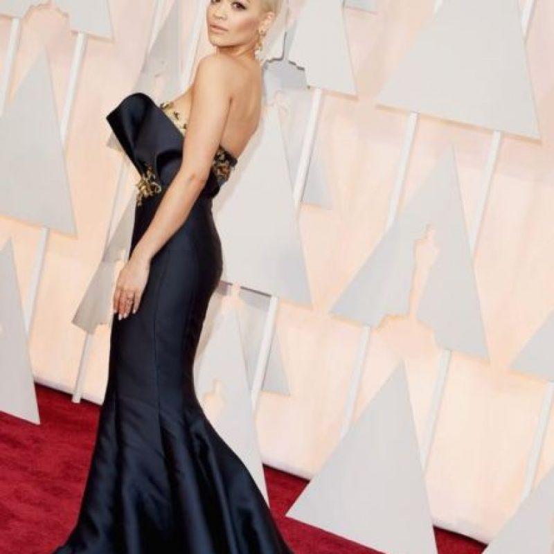Rita Ora, con una declaración de estilo en la alfombra roja. Foto:Getty Images
