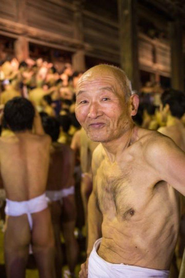 4. Los hombres beben sake (bebiba alcohólica a base de arroz) todo el día, esto con el propósito de tocar al 'hombre sagrado', señala Travel Report. Foto:Getty