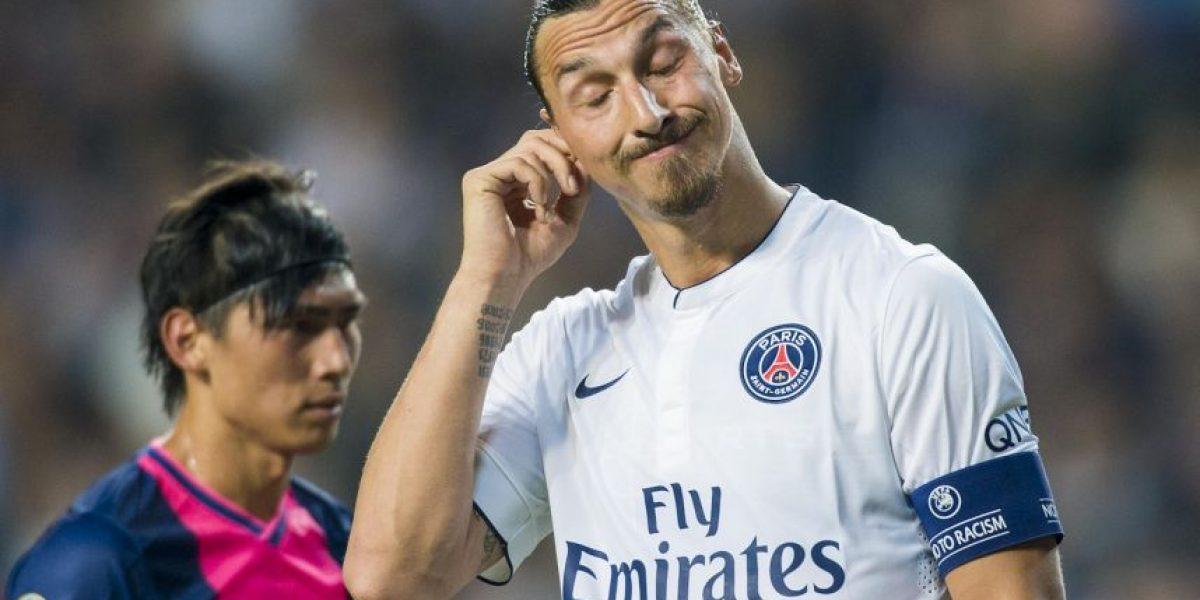 Zlatan Ibrahimovic es derribado por un compañero de equipo
