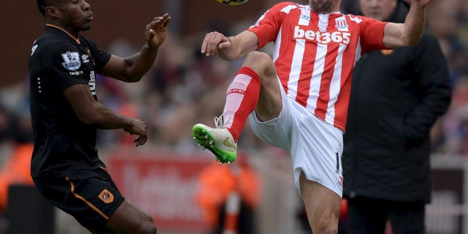 El hombre del Stoke City tuvo que ser retirado de la cancha Foto:Getty