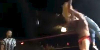 Después le aplicó un bombazo Foto:Youtube: Beyond Wrestling