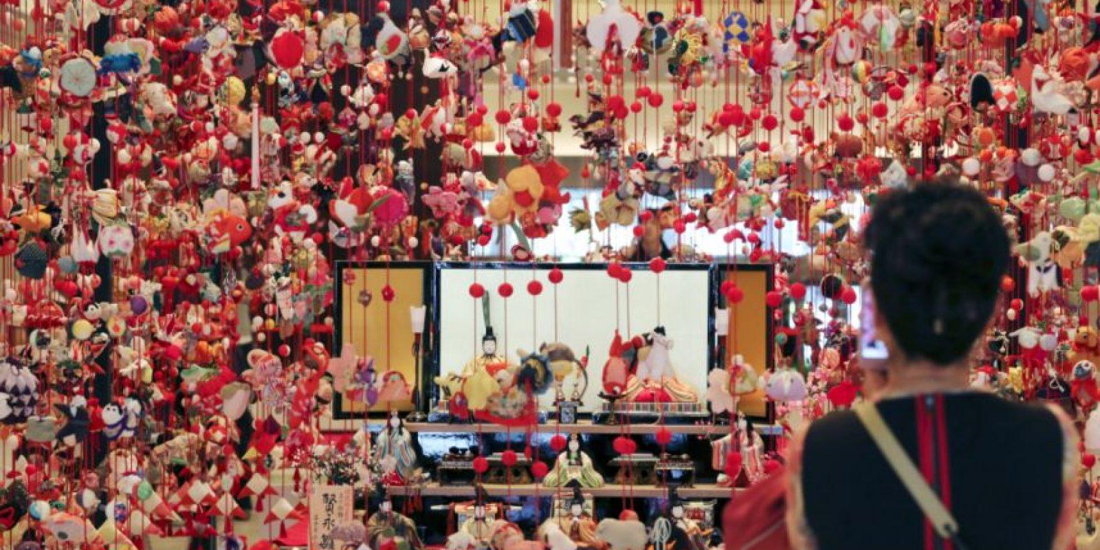 Los diversos comercios de Japón están adornados con muñecas. Foto:AP