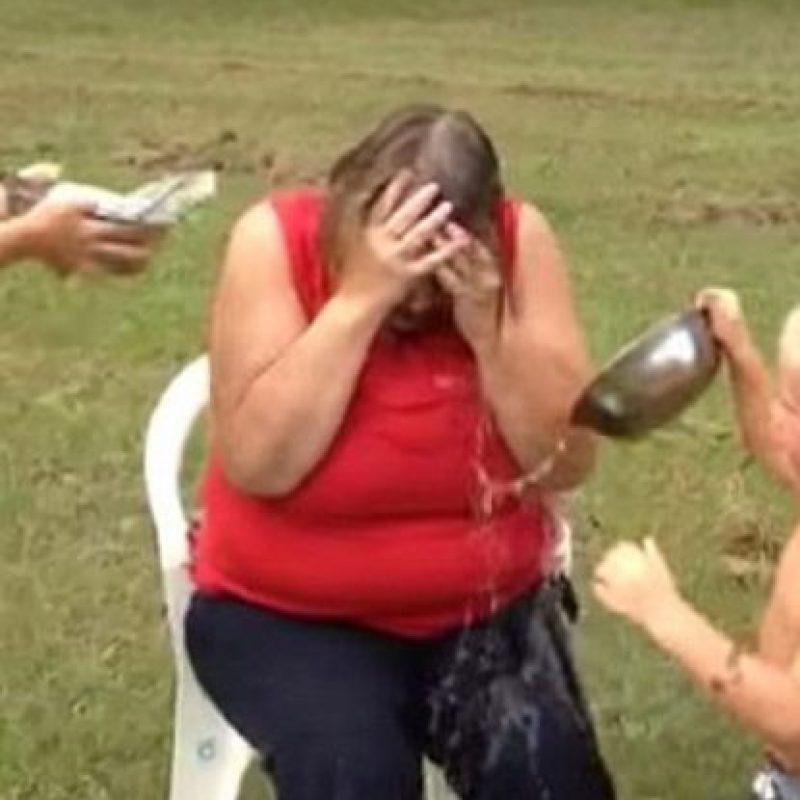 Aunque la moda del Ice Bucket Challenge ya pasó, hasta ahora se publica otro infame video de este ejercicio fallido. Foto:Youtube/Brenda Rigdon