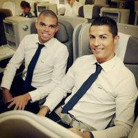 Comparte tiempo con sus compañeros de equipo y selección. En la imagen al lado de Pepe Foto:Instagram: @cristiano