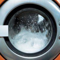 La mujer lavaba su ropa en una lavadora alquilada y la niña de dos años cayó ahí, dentro del electrodoméstico, mientras estaba prendido. Las autoridades ahora investigan a la mujer. Foto:Getty Images
