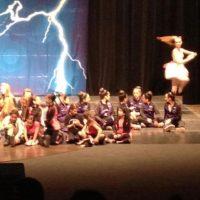 Esta foto fue tomada por la madre de uno de estos niños. En la presentación no había bailarina, ella solo apareció en la foto.