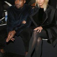 Kim en la Semana de la Moda de París con un maxi abrigo. Foto:Getty Images