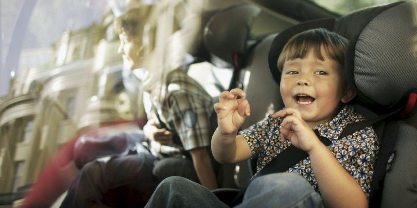En el interior del vehículo, los adultos ocuparán los asientos delanteros y los niños los traseros. Foto:Getty Images. Información: medicosporlaseguridadvial.com
