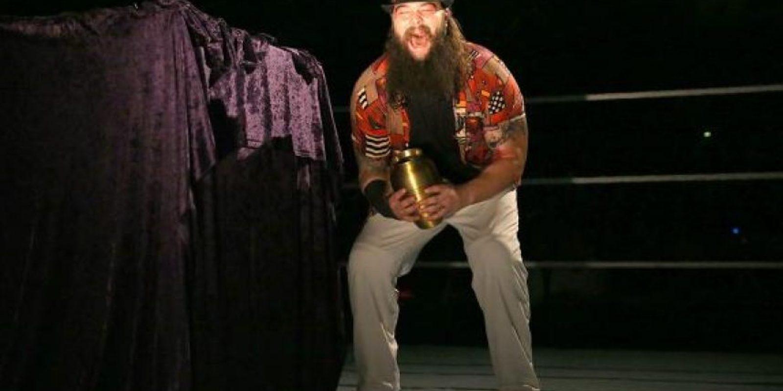 """Wyatt destapó la urna que portaba el """"Enterrador"""" Foto:WWE"""