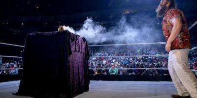 Y de pronto salió humo de la urna Foto:WWE