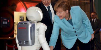 ASIMO saludando a Angela Merkel, primer ministro alemán. Foto:AFP Photos