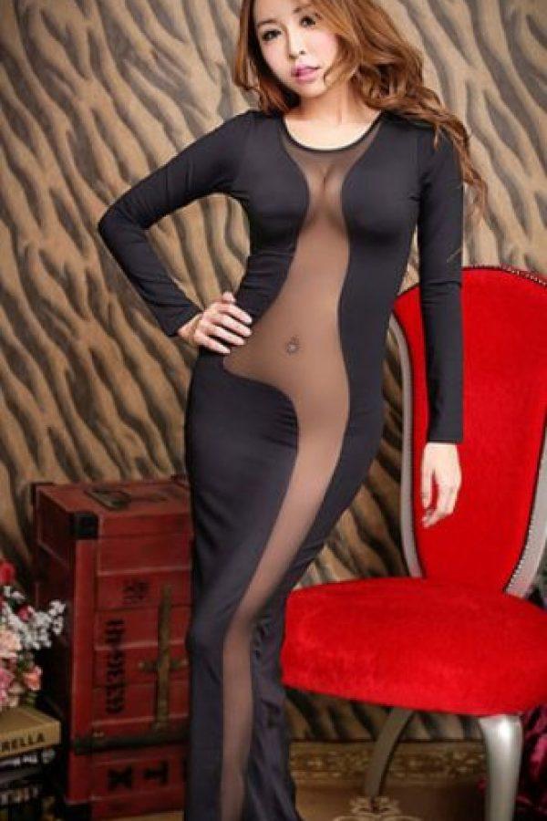 """Pero en los años 40, por la guerra, el tallaje cambió y ahora están los números que conocemos hoy, haciendo que los vestidos se confeccionaran en masa. De esta manera cada cuerpo debía """"ajustarse"""" a la talla. Y por supuesto, debido al auge de la delgadez ahora las mujeres tienen dos opciones: o ajustan su cuerpo para caber en el vestido o comprar una talla más pequeña. Foto:Taobao.com"""
