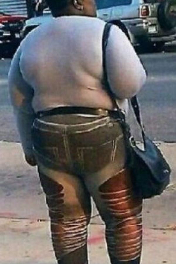 Pero esto no solo va para los pantalones: usarlas aumenta la acumulación de toxinas y líquidos (edemas) y, por ende, la aparición de trombos (coágulos) venosos, principalmente en las piernas. Foto:Poorly Dressed