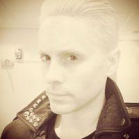 Pero todo eso se acabó cuando se hizo este radical corte de pelo. Foto:Instagram/Jared Leto