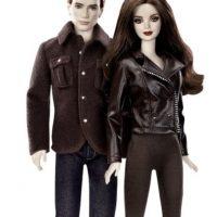 """Robert Pattinson y Kristen Stewart tienen sus propias versiones de plástico, personificando a sus personajes de la saga """"Crepúsculo"""": Edward y Bella Foto:pinterest.com"""