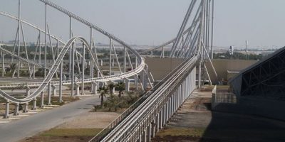 Parque: Ferrari World. Localización: Isla Yas, Abu Dhabi, Emiratos Árabes Unidos. Altura: 52 m. Velocidad: 240 km/h. Longitud: 2 mil 70 m. Caída: 51 m. Foto:Wikimedia