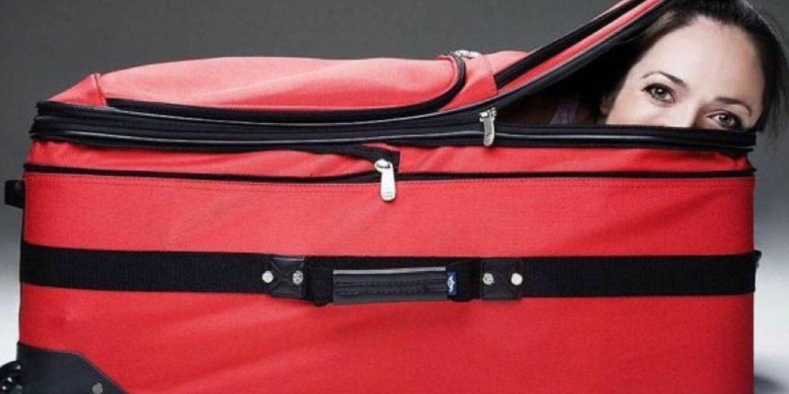 Un hombre se atrevió a desafiar la ley intentando ocultar a su esposa en una maleta, sin embargo, su plan no salió como lo habían planeado. Foto:Imagenesgraciosas