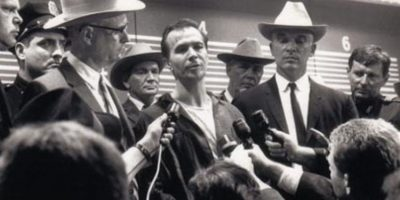 "Lee Harvey Oswald en ""JFK"". Foto: Warner Bros."