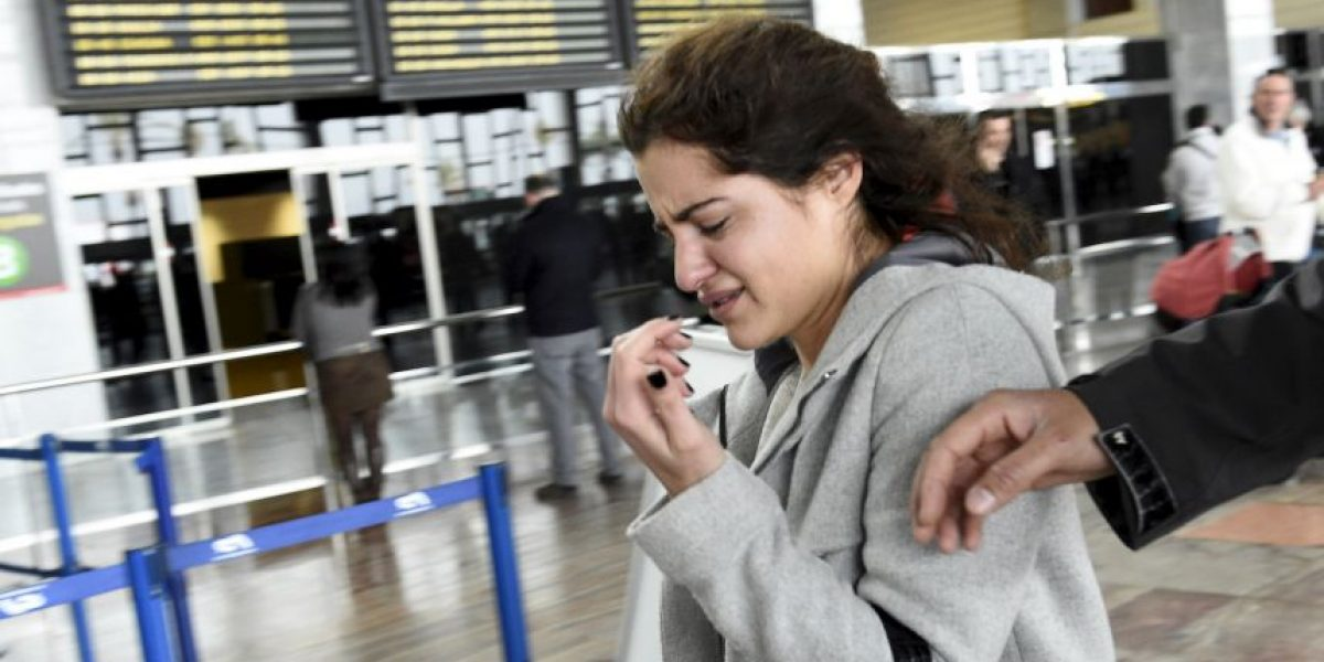 FOTOS: La desgarradora reacción de familiares de pasajeros del vuelo estrellado en Francia