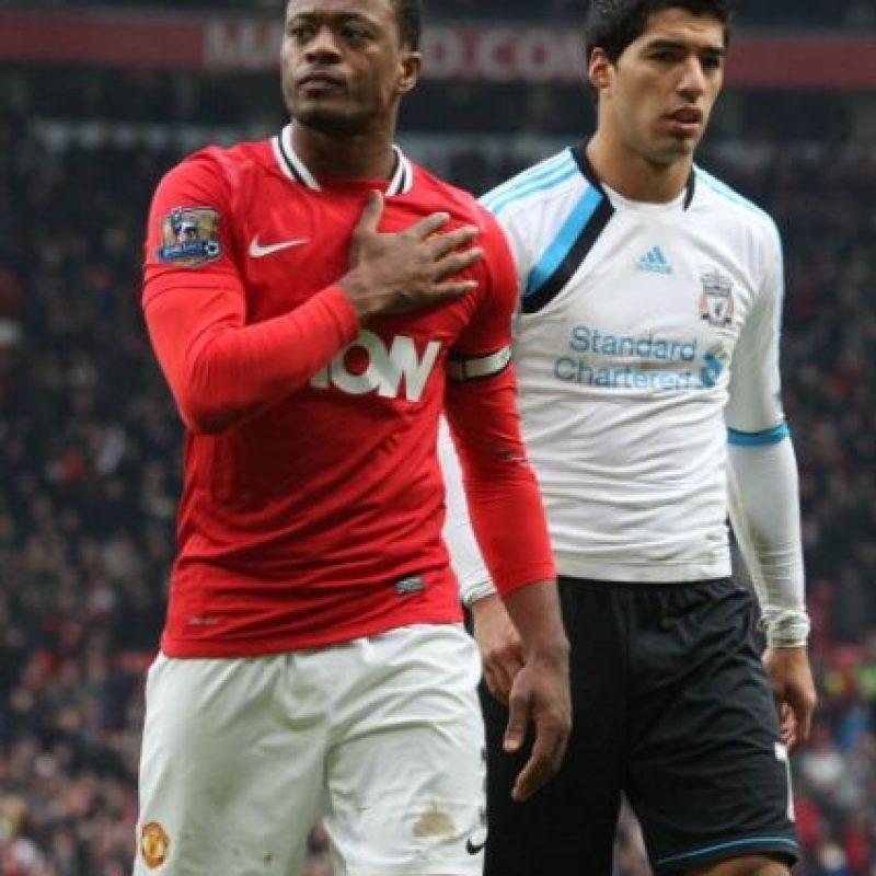 """En 2011, Patrice Evra acusó a Luis Suárez de llamarlo """"negro"""" en varias ocasiones durante un Manchester United vs Liverpool. Suárez fue sancionado con ocho partidos de suspensión y 40 mil libras de multa. Foto:Getty Images"""