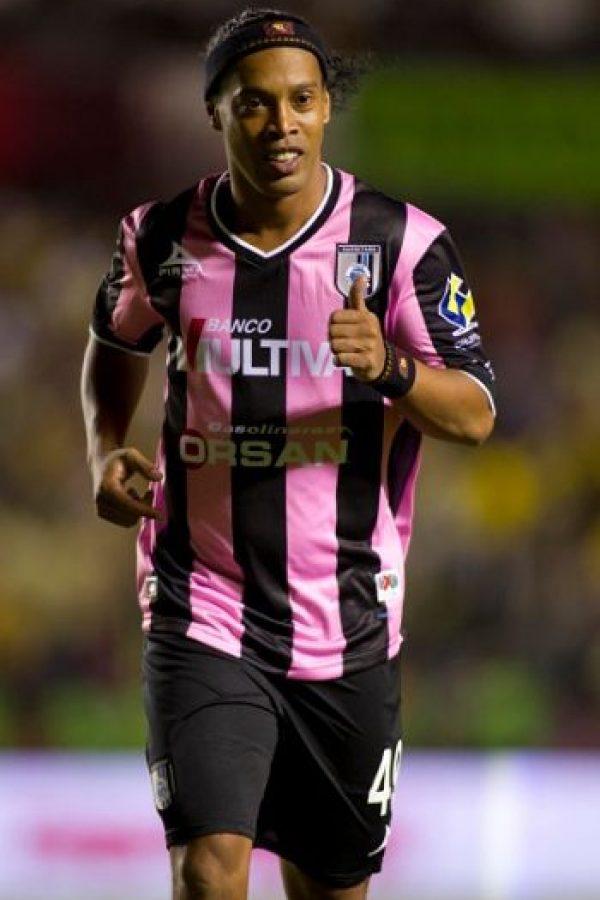 """En 2014, un político mexicano llamó """"simio"""" a Ronaldinho, al criticar el caos vial que se provocó en Querétaro por el debut del astro brasileño en la liga mexicana. Foto:Getty Images"""