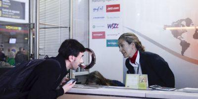 Un periodista conversa con una trabajadora de Germanwings en el Aeropuerto El Prat de Barcelona Foto:Getty Images