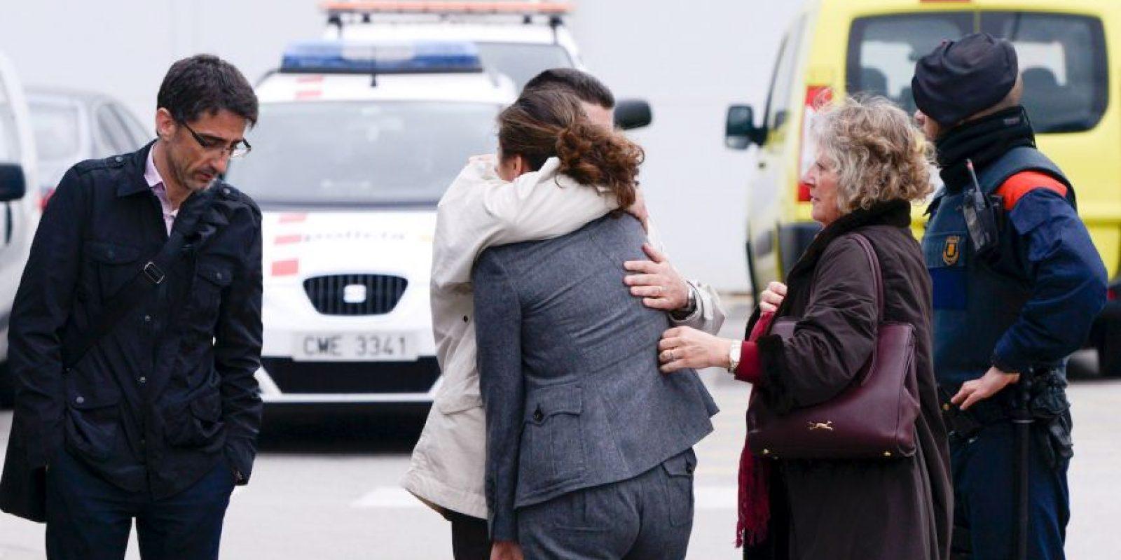 Familiares llegando al Aeropuerto El Prat de Barcelona Foto:Getty Images