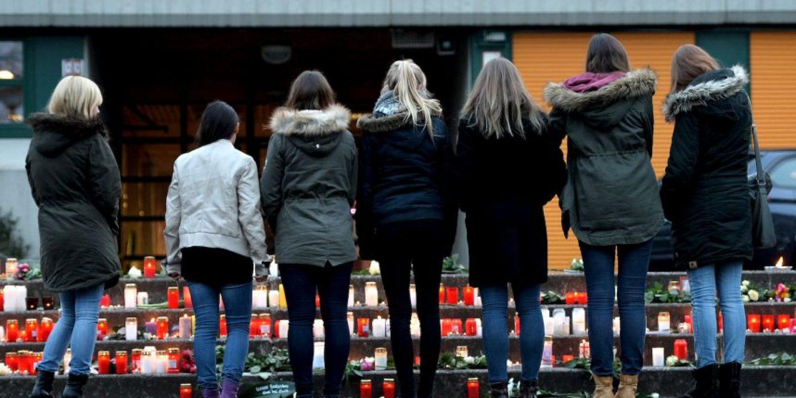 Estudiantes del Gimnasio Joseph König en Halterm am See, Alemania, se han reunido para dar un homenaje póstumo a los estudiantes que iban en el avión de Germanwings. Entre los 150 pasajeros se encontraban 16 estudiantes y 2 maestros. Foto:Getty Images