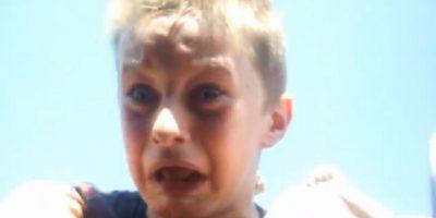 Basta ver su pequeño rostro aterrorizado para saber que la está pasando fatal Foto:Vía Youtube