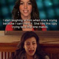 """8. Kourtney no puede ayudar a su hermana porque se burla de su cara: """"Me comienzo a reír cuando ella llora porque tiene una cara horrible cuando lo hace"""" Foto:E!"""