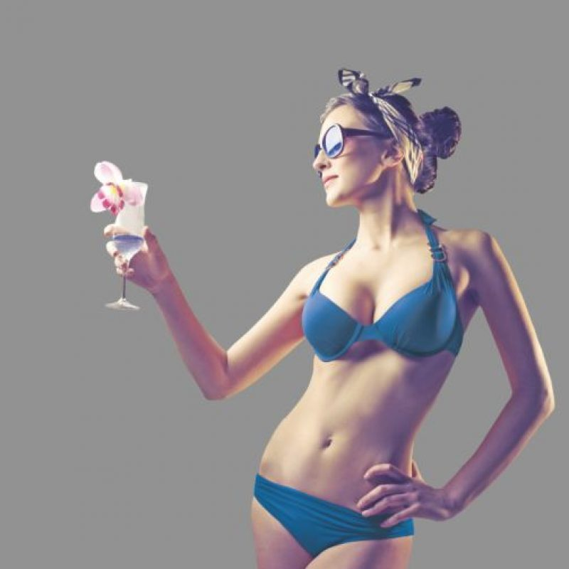 Cuerpo de pera Caderas anchas En este caso, lleve los estampados a la parte de arriba y mantenga la parte de abajo sencilla. Busque los bikinis que sean anchos, ya que los que se amarran pueden resaltar sus caderas. Si tiene poco busto, puedes utilizar un bikini strapless, hará que sus hombros resalten y evitará la atención en su cadera. Tip: Si tiene mucho busto, utilice siempre bikinis con buen soporte.