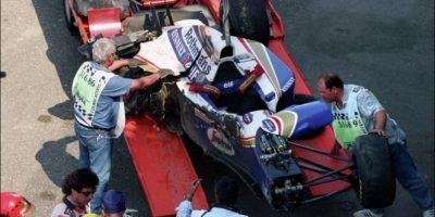 Senna pilotaba su Williams a más de 310 kilómetros por hora cuando perdió el control de su monoplaza a la entrada de la curva de Tamburello. Entonces, se estrelló contra el muro de contención lo que le provocó graves heridas en el cráneo y pérdida de masa encefálica. Senna murió en el hospital horas más tarde. Foto:Getty Images