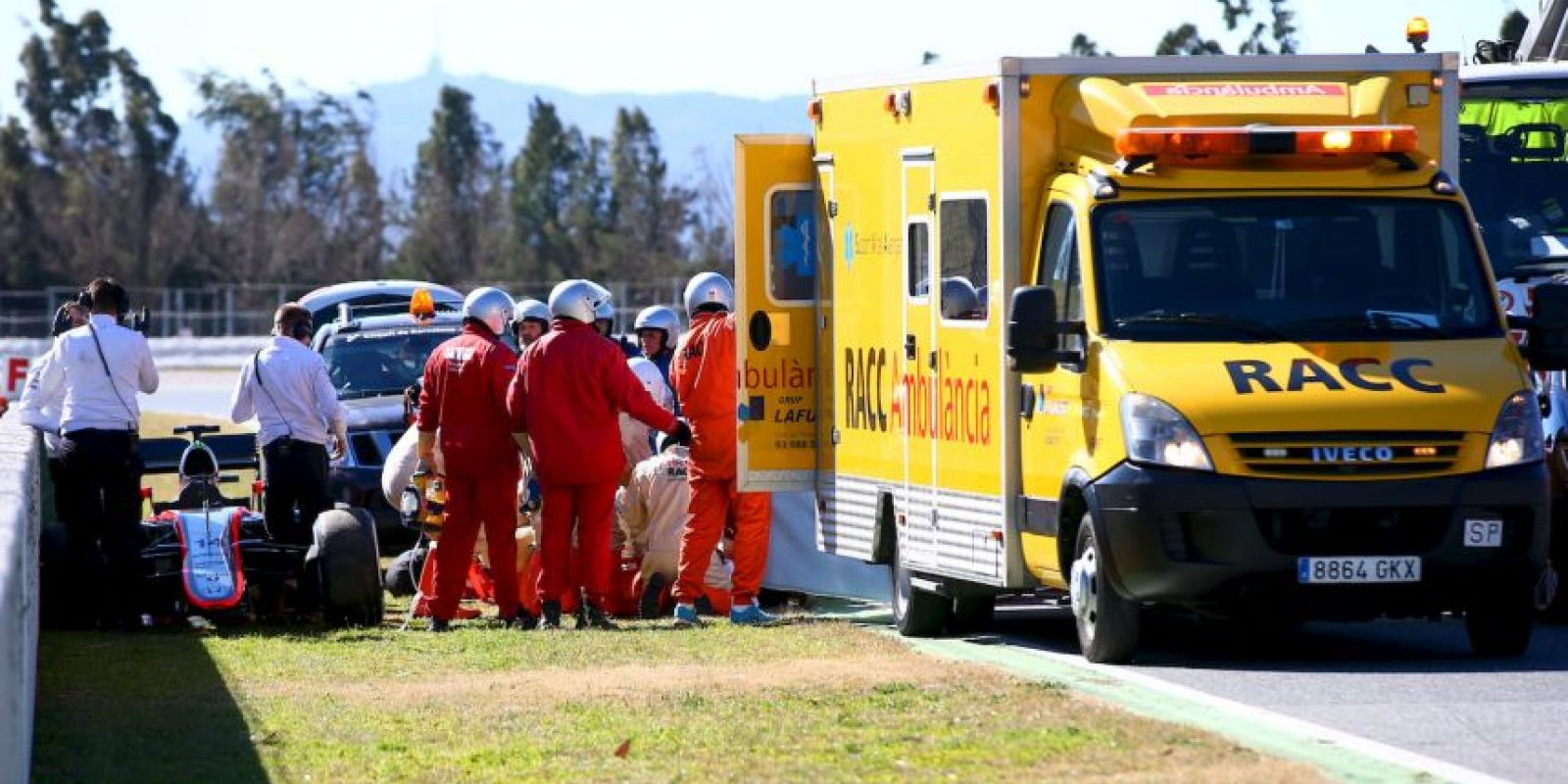 """Alonso se salió de la pista de forma violenta entre las curvas 3 y 4 del trazado, a más de 200 km/h, y de inmediato fue trasladado al hospital, donde se digo que se encontraba """"bien"""". Foto:Getty Images"""