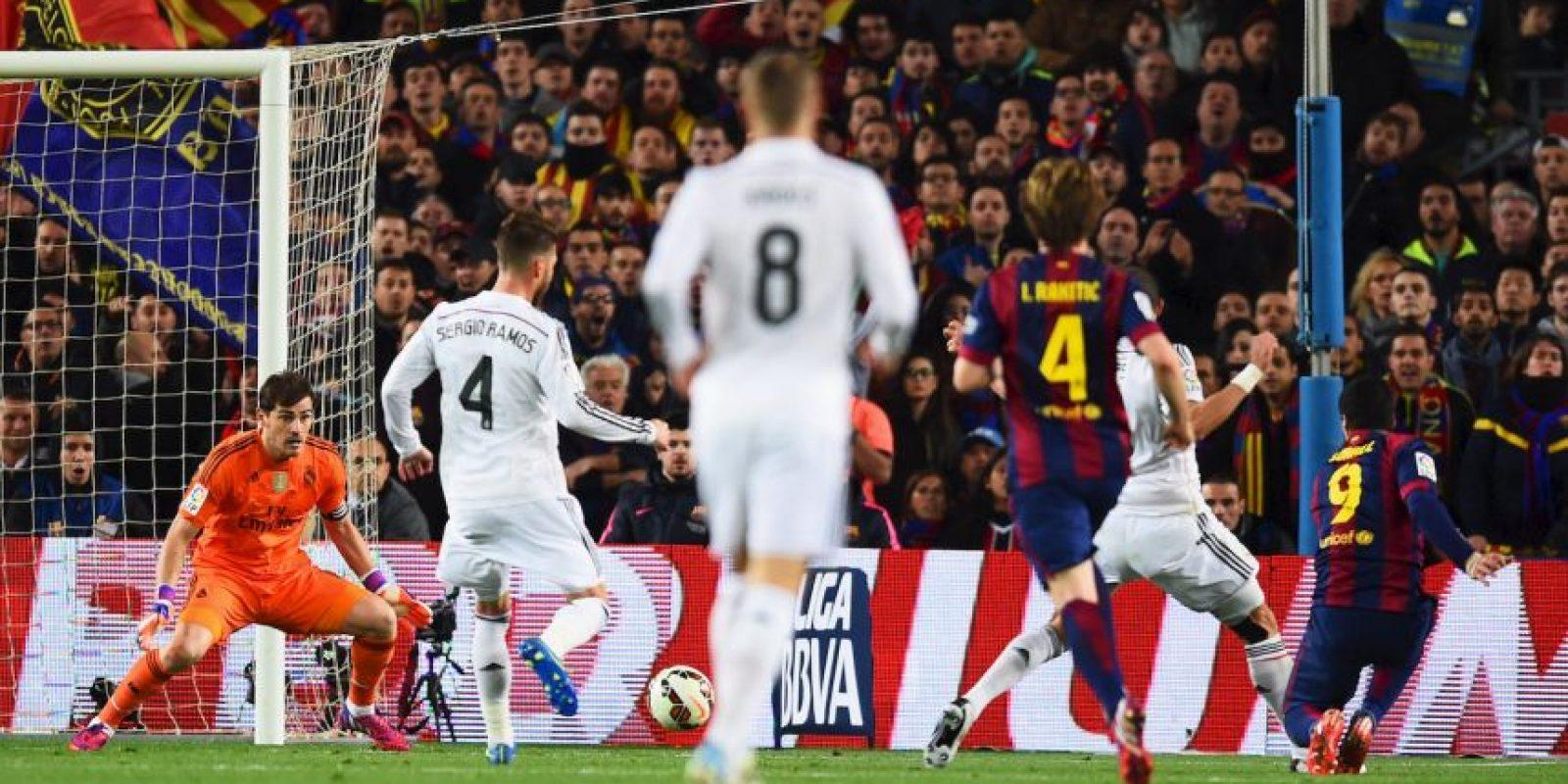 El delantero uruguayo remató con un disparo cruzado, pero en lugar de intentar detenerlo con la mano, Casillas utilizó el pie, lo que provocó el enfado de Vecchi. Foto:Getty Images