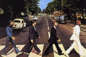 """Otro de los rumores señala que la portada de """"Abbey Road"""" es una especie de cortejo fúnebre, pues Lennon va vestido de blanco como un predicador, Ringo de negro por su luto, George al lucir vaqueros podría ser el enterrador y Paul es el fallecido por caminar descalzo y con los ojos cerrados. Foto:Facebook / The Beatles"""