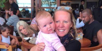 """Esta imagen la publicó Alice Bamford, al notar que detrás de ella y su bebé se encontraba la familia West. La foto podría ser """"posada"""". Foto:Instagram @alibambam"""