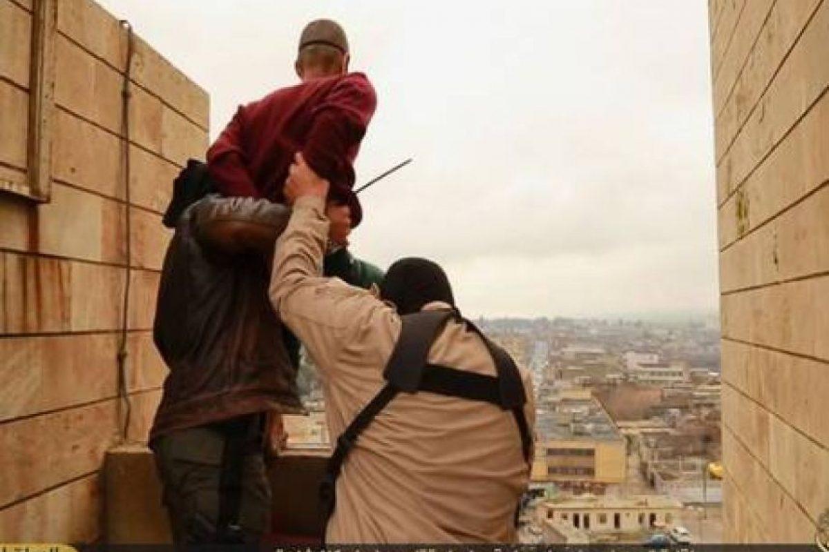 Arrojar desde un edificio a las personas homosexuales Foto:Twitter