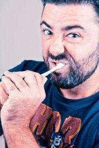La saliva limpia ayuda a mantener a raya la placa dental a la vez que disminuye los niveles de ácido. Foto:Flickr
