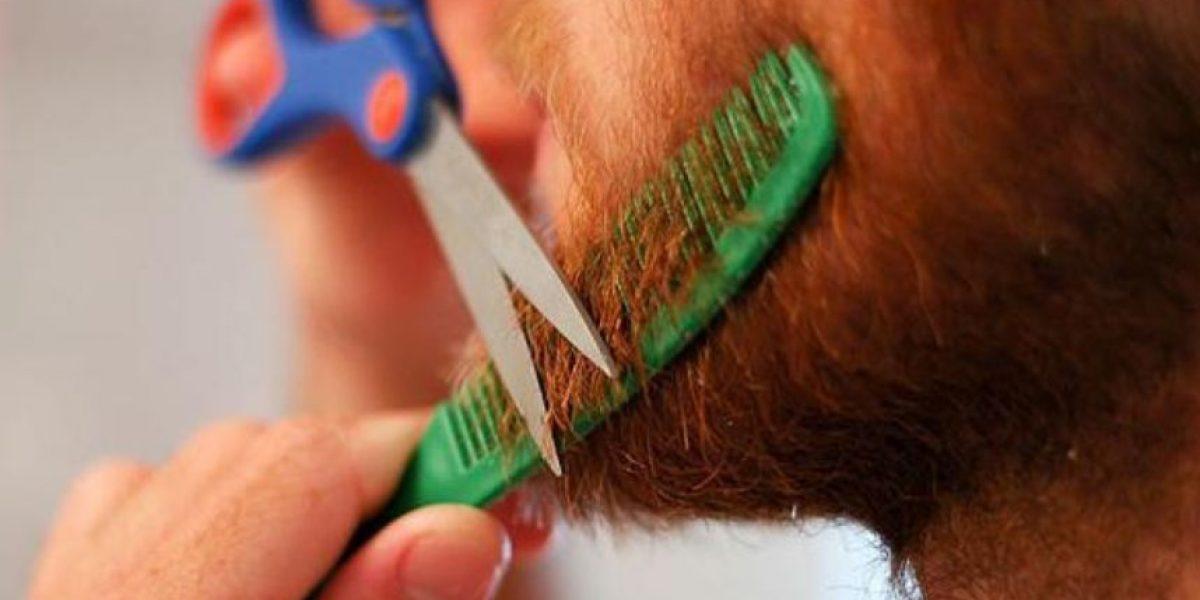 A la cárcel por cortarse la barba y pegársela a otro hombre en la cabeza