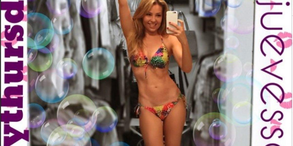FOTO: ¡Sexy! Thalia presume sus curvas en diminuto bikini