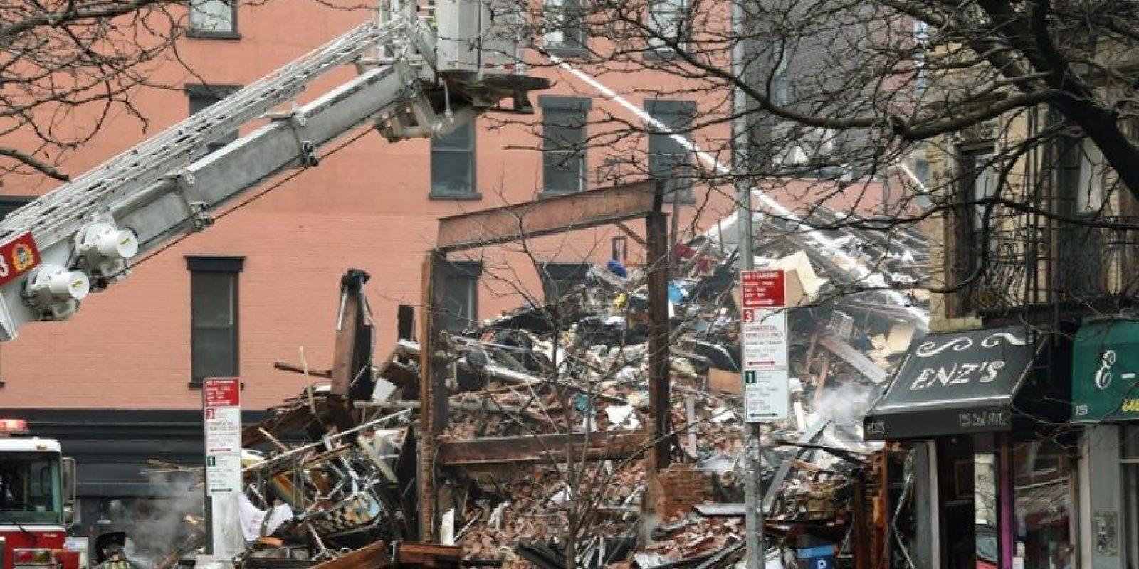 Bomberos extinguen el fuego. Foto:AFP