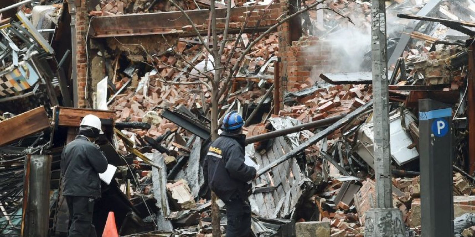 Miembros del Departamento de bomberos revisan los escombros. Foto:AFP