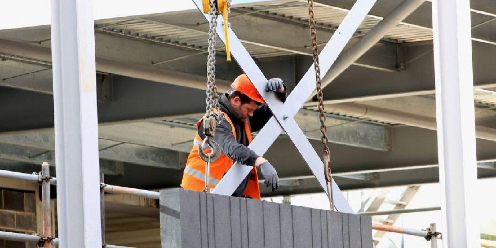 2. Crear accesos seguros a las zonas de trabajo (andamios, tejados, zanjas, etc.) mediante la utilización de pasarelas y torres de acceso protegidas Foto:Getty Images