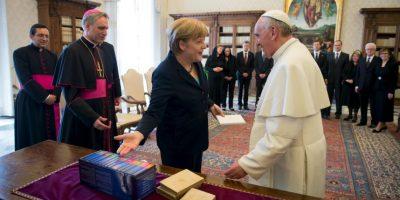 La canciller alemana Angela Merkel intercambia regalos con el Papa en mayo de 2013 Foto:Getty Images