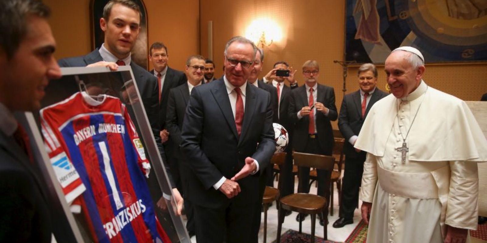 Jugadores del Baten Munich le regalan una camiseta autografiada al Pontífice Foto:Getty Images