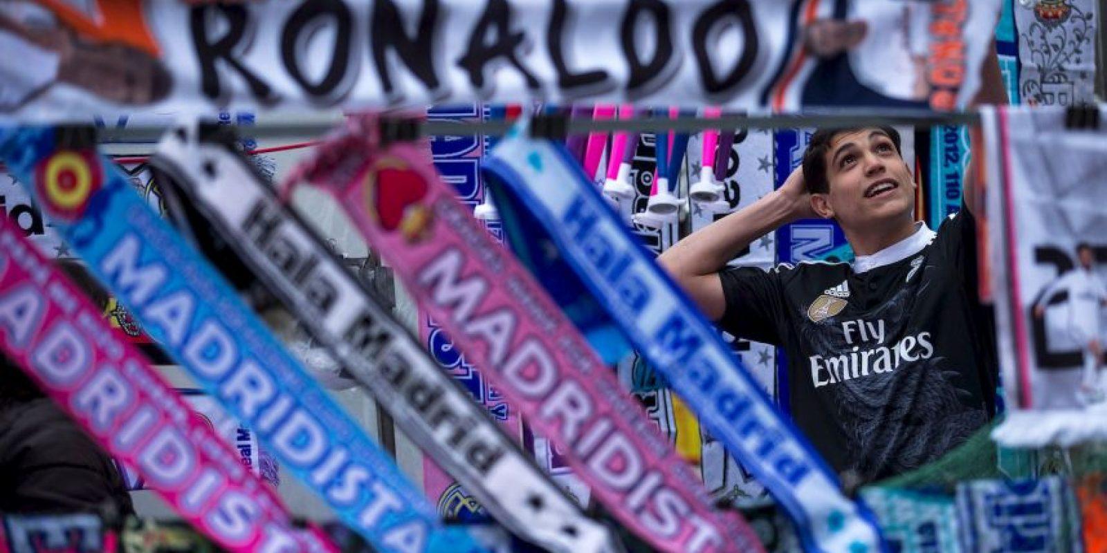 Sergio Ramos, defensa del equipo, fue el único que se acercó a dialogar con el aficionado molesto. Foto:Getty Images