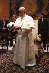 También le regalaron un balón firmado por los jugadores Foto:Getty Images
