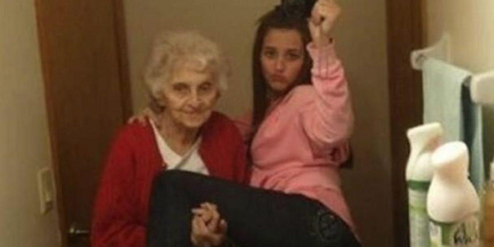 """Con la abuela para el """"feis"""" Foto:Nacadas de la Vida Real"""
