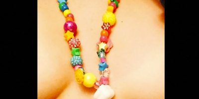 Cyrus aprovechó la ocasión para crear un collar con una muela