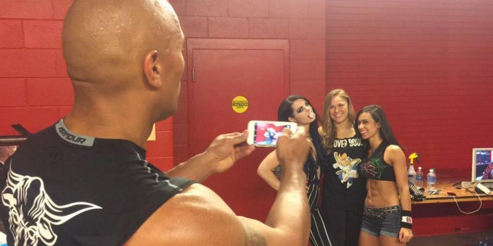 La Roca toma una foto a Ronda con las divas Paige y AJ Lee Foto:Twitter: @WWE